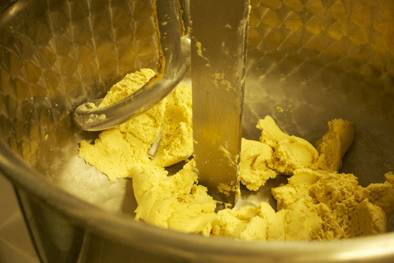 Mit dem Spiralkneter, wird der Teig geknetet