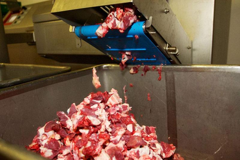 Stück für Stück wird das Fleisch kleingeschnitten