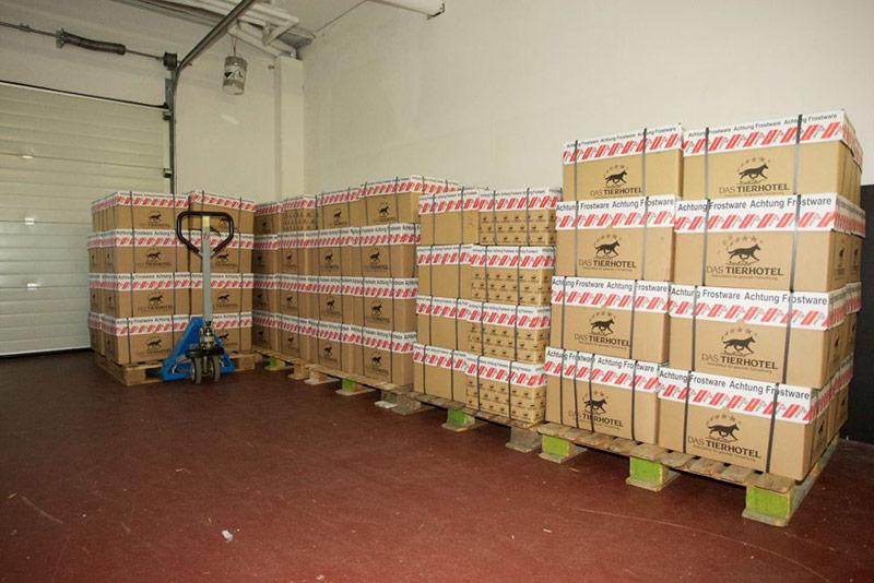 Die Kisten stehen bereit und werden gleich vom Transporter abgeholt
