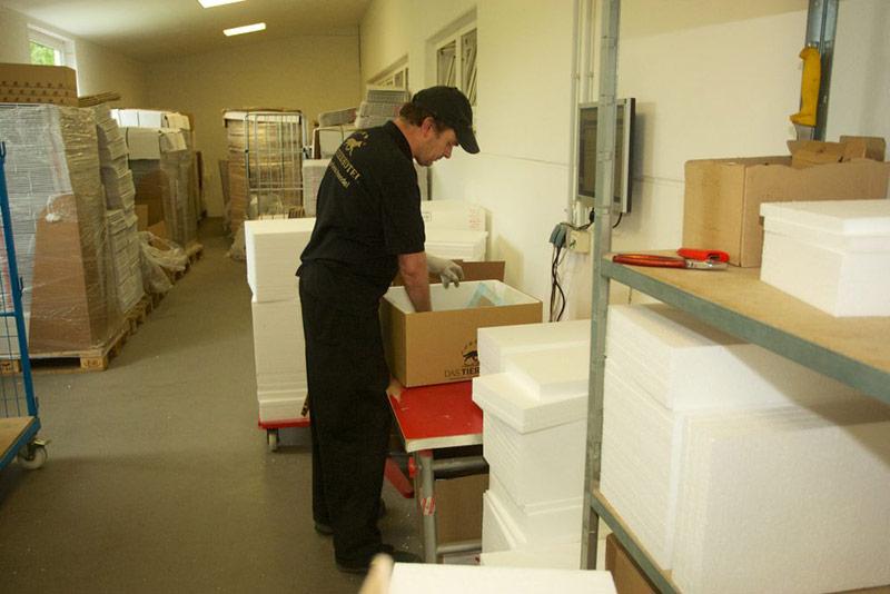 Unsere Styropor-Kisten sind maßgeschneidert und halten das Futter für Ihre Lieblinge kühl